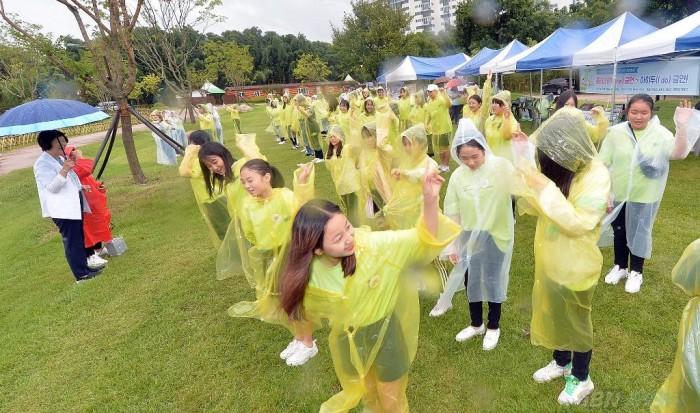 금연서포터즈 100여 명(옥성초, 송정초, 매산초, 경의고, 화봉고) 학생들이 금연 플래시몹을 선보이고 있다.JPG