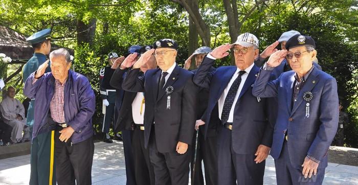 191007 지난해 영도유격부대 추모제에서 생존 영도유격부대원들이 헌화와 분향을 한 뒤 경례를 하고 있다.JPG