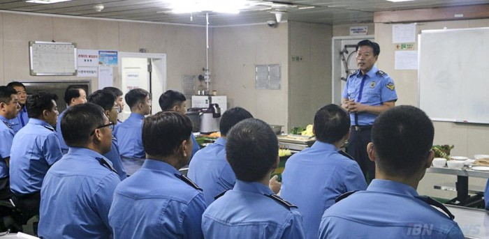 김홍희 남해지방해양경찰청장이 3001함을 방문, 직원들을 격려하고 있다  (2).JPG