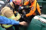 부산해경, 유류부선 탱크 내 응급환자 2명 구조